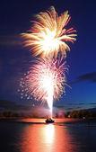 Fuochi d'artificio, lancio dalla barca — Foto Stock