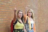 Zwei Mädchen, die versuchen, dem Taxi Aufmerksamkeit zu bekommen — Stockfoto