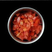 Krojone pomidory w metalowej misce — Zdjęcie stockowe