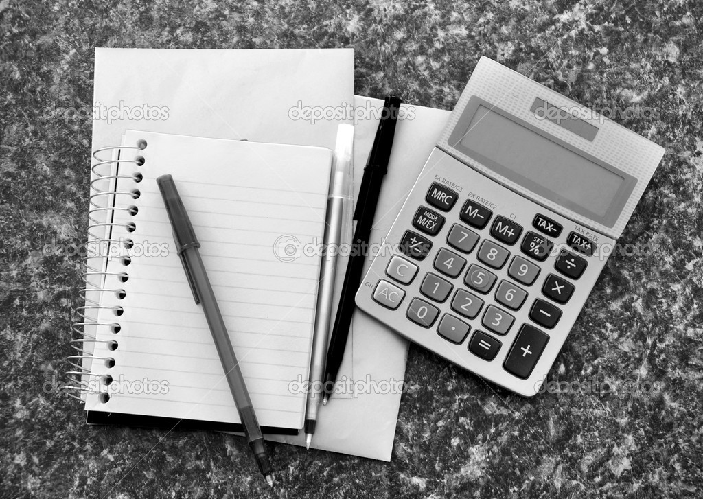 A blank calculator with a blank note pad with pens thrown about — Stock Photo #4630720