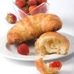 Постер, плакат: Croissant mit Erdbeeren