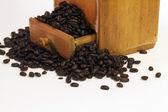 咖啡豆在抽屉里的古董磨床 — 图库照片
