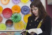 étudiante en lecture — Photo