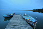 Motorboats at dock at Mustus Lake in Meadow Lake Park — Stock Photo
