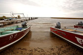 Motorboats beached at Waterhen Lake in Meadow Lake Park — Stock Photo
