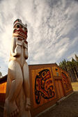 Totem pole outside native lodge at Kitsumkalum Provincial Park — Stock Photo