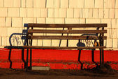 Old bench against shingle wall — Stock Photo
