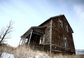 Abandoned old farm house in winter — Stock Photo