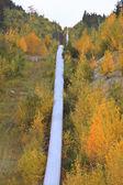 Potrubí bude přes horský průsmyk na podzim — Stock fotografie