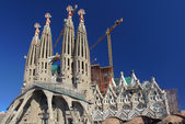 Cranes around unfinished Sagrada Familia cathedral in Barcelona — Stock Photo