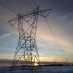 vysoké volatge pylone při západu slunce v zimě — Stock fotografie