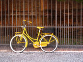 Old yellow bike — Foto Stock