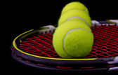 Tennisracket med 3 tennisbollar — Stockfoto