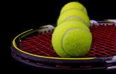 Tenisová raketa s 3 tenisové míčky — Stock fotografie