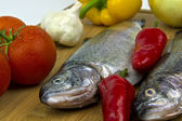 Fish (trout), peppers, tomatoes, garlic and peppers — Foto de Stock
