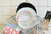 The clean dishes on the rack — Stock Photo