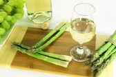 Kadeh beyaz şarap ve iki taraf. — Stok fotoğraf