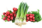 Haufen Gemüse - Radieschen, frische Zwiebeln, Petersilie. — Stockfoto