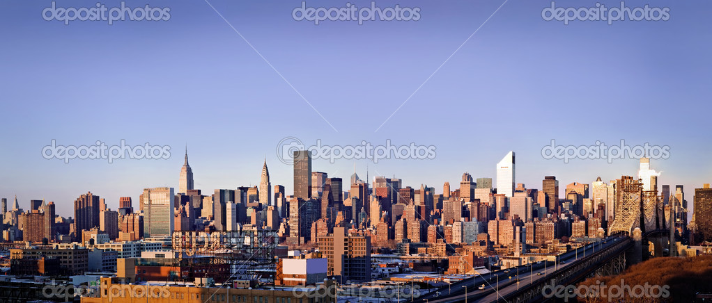 New-York city panorama taken from Queens on sunrise — Foto Stock #4735519