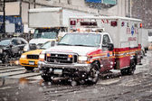 Ambulance auto in blizzard — Stockfoto