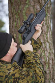 Soldier takes aim above — Stock Photo
