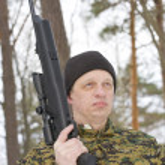 Man with the gun barrel up — Stock Photo