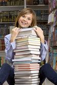 女人坐在一起堆书 — 图库照片