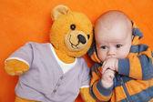 Il ragazzo e l'orso — Foto Stock