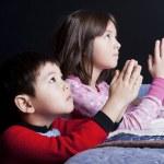 Siblings say bedtime prayers. — Stock Photo