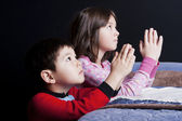 Siblings say bedtime prayers. — Stock Photo
