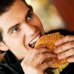 άνθρωπος σε ένα εστιατόριο ή δείπνο — Φωτογραφία Αρχείου