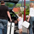 Foto Stock: Family travelling by car to their vacation
