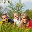 família ter uma caminhada ao ar livre — Foto Stock
