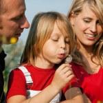 Rodzina spożywająca spacer na świeżym powietrzu — Zdjęcie stockowe