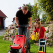 Man mowing lawn in his garden  — Stockfoto