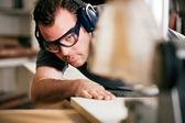Carpinteiro, trabalhando em um — Foto Stock