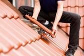 Pokrycia dachowe - pracownik budowlany — Zdjęcie stockowe