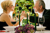 Mature couple eating romantic — Stock fotografie
