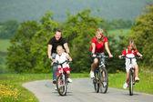 Familie rijden met hun — Stockfoto