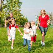 ευτυχισμένη οικογένεια παίζει ποδόσφαιρο — Φωτογραφία Αρχείου