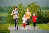Rodina běhání venku s — Stock fotografie
