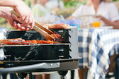 Familie mit einem barbecue in der — Stockfoto