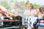 Familie met een barbecue in de — Stockfoto