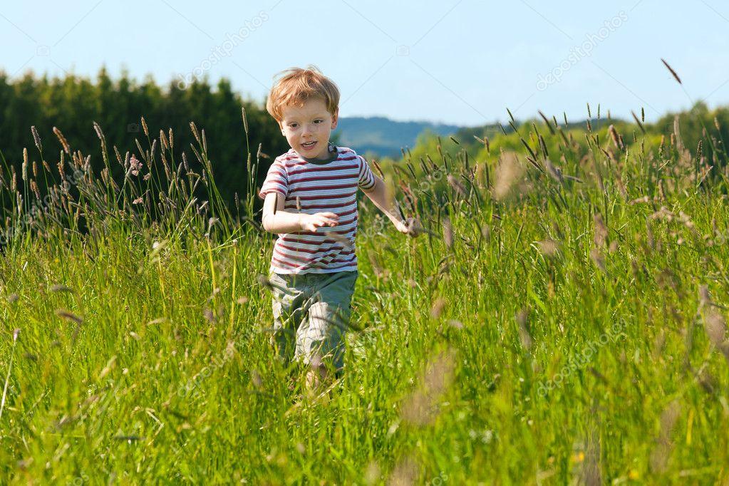 фото мальчик на поле