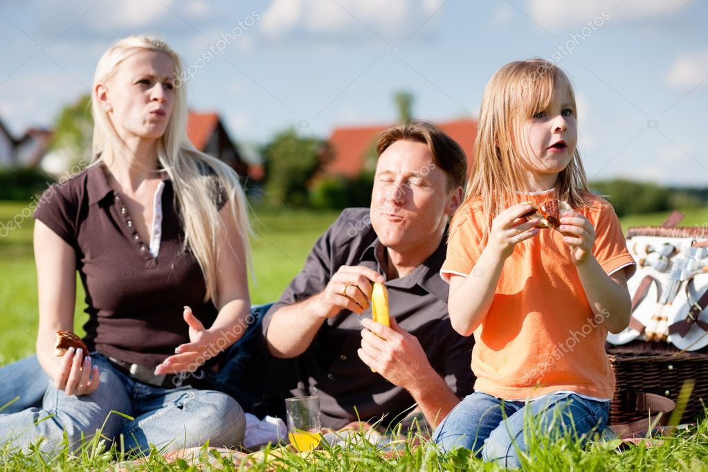 Daughter child - having a picnic on a green meadow on a beautiful and bright summer day  — Stock Photo #5024869
