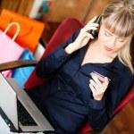 Женщина, сидящая с ноутбуком в — Стоковое фото