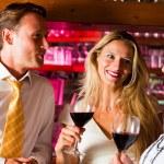 man en twee vrouwen in een hotel — Stockfoto