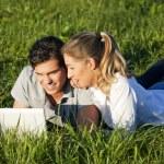 junges Paar liegen zusammen auf — Stockfoto