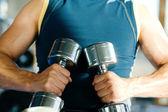 Starker mann trainieren mit — Stockfoto