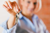 Realtor is giving the keys to an — Stock Photo